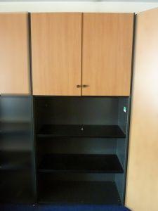 60912 Шкаф с врати и етажерка